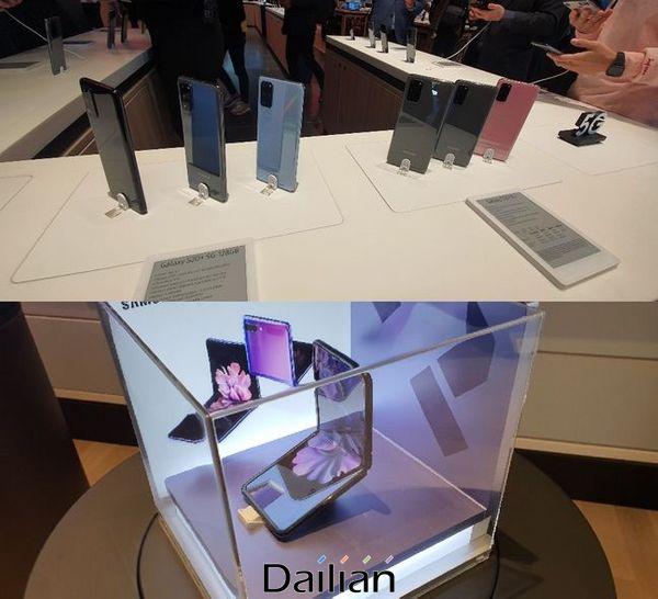 지난 12일(현지시간) 미국 캘리포니아주 팔로알토 스탠퍼드 쇼핑센터에 있는 '삼성 익스피리언스 스토어'어에 '갤럭시S20'(위쪽)과 '갤럭시Z 플립'이 진열돼 있다.ⓒ데일리안 김은경 기자