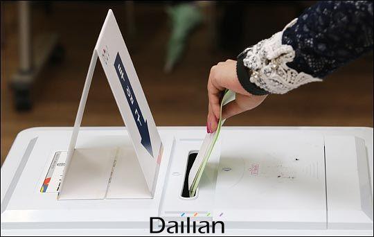 20대 국회의원 선거날인 2016년 4월 13일 오전 서울 영등포구 영등포아트홀에 마련된 당산1동 제4투표소에서 시민들이 소중한 한표를 행사하고 있다. ⓒ데일리안