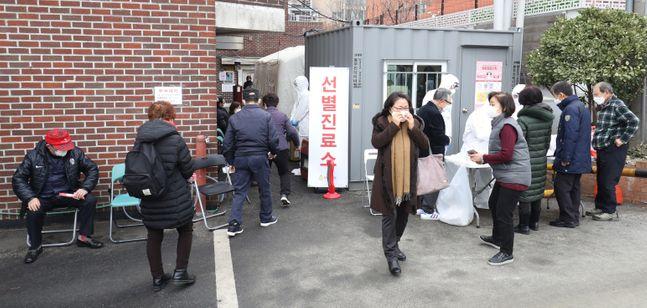 신종 코로나 바이러스 감염증(코로나19) 확진자가 계속해서 증가하고 있는 가운데 지난 21일 오후 서울 종로구 보건소 선별진료소에서 의료진들이 시민들에게 진료 안내를 하고 있다.(자료사진)ⓒ데일리안 류영주 기자