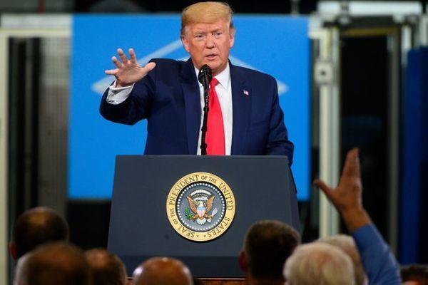 지난달 30일(현지시간) 미국 미시간주 워런의 자동차 부품 공장을 방문한 도널드 트럼프 미국 대통령이 노동자들을 상대로 연설을 하고 있다.ⓒAP/뉴시스