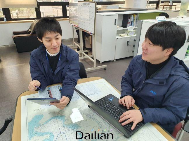 해양환경공단 직원들이 전자계약 서비스를 시연하고 있다. ⓒ해양환경공단