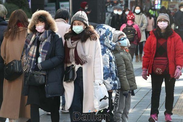 신종 코로나바이러스 감염증(코로나19) 사태가 확산되면서 화장품 업계가 벼랑 끝에 서 있다. 사진은 서울 중구 명동거리에서 마스크를 착용한 관광객들이 걸어가는 모습.(자료사진) ⓒ데일리안 홍금표 기자