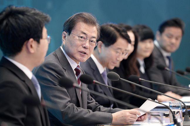 문재인 대통령이 27일 오전 청와대에서 열린 국토교통부·해양수산부 업무보고에서 모두발언을 하고 있다. ⓒ청와대
