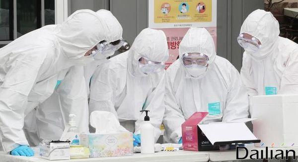 선별진료소에서 의료진들이 대화를 나누고 있다.(자료사진) ⓒ데일리안 류영주 기자