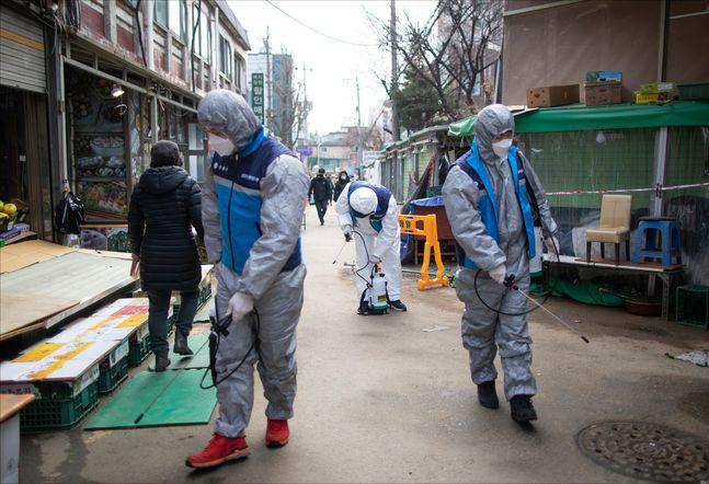 방역 관계자들이 26일 오전 서울 강동구 일대를 방역하고 있다.(자료사진) ⓒ데일리안 홍금표 기자
