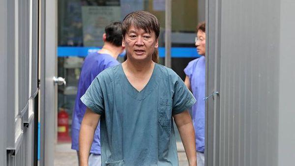 안철수 국민의당 대표가 1일 오후 대구동산병원에서 코로나19 확진자 진료를 마친 뒤 비상대책본부 건물로 돌아가고 있다.ⓒ연합뉴스