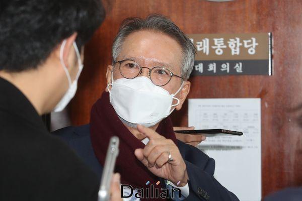 김형오 미래통합당 공천관리위원장이 대구지역 공천 면접이 실시되는 2일 국회에 마련된 공천면접장으로 들어서며 기자들의 질문에 답변하고 있다. ⓒ데일리안 박항구 기자
