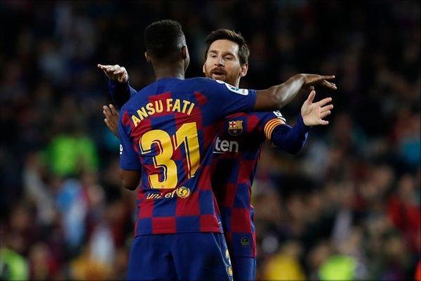 안수파티와 리오넬 메시가 골을 합작한 뒤 포옹하고 있다. ⓒ 뉴시스