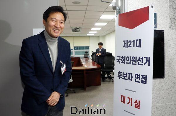 지난달 12일 국회 의원회관에서 열린 자유한국당 제21대 국회의원선거 후보자 면접에 참석한 오세훈 전 서울시장이 대기실을 나서며 밝은 표정을 하고 있다. ⓒ데일리안 박항구 기자
