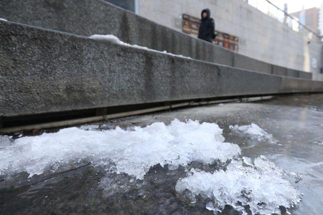 지난달 18일 오전 서울 청계천에 얼음이 얼어있다.(자료사진)ⓒ데일리안 류영주 기자