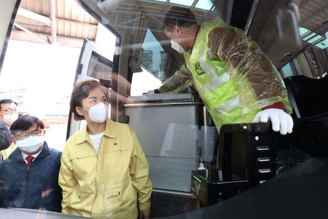 고속버스 방역 현장 살펴보는 김현미 장관.ⓒ데일리안 류영주기자