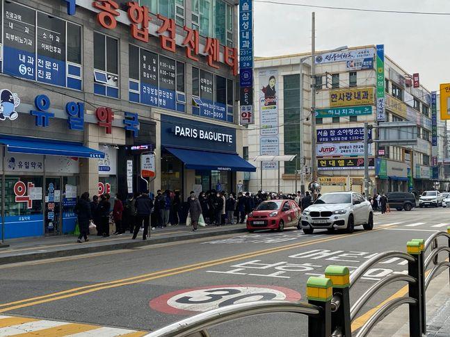 9일 마스크 요일제가 시행된 첫날, 시민들이 마스크를 구입하기 위해 약국 앞에 길게 줄을 서고 있다.ⓒ데일리안