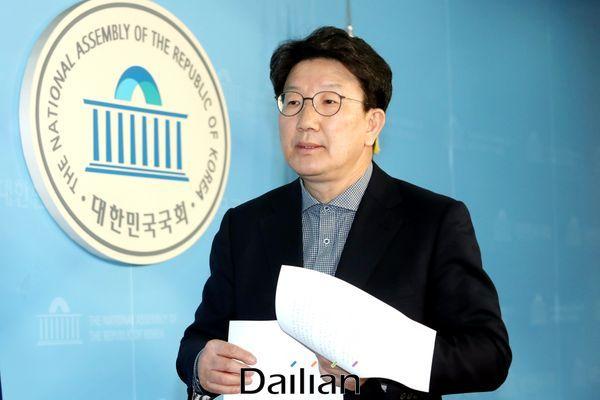 박근혜 전 대통령 탄핵소추위원을 역임한 권성동 미래통합당의원이 공천에서 컷오프된 10일 오후 국회 정론관에서 입장을 밝히는 기자회견을 마친뒤 회견징을 나서고 있다. 권 의원은 재심을 요구하고 받아들여지지 않으면 탈당해 무소속으로 출마 하겠다고 밝혔다. ⓒ데일리안 박항구 기자