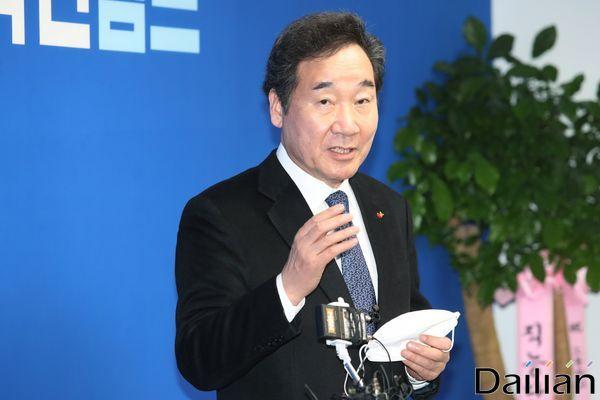 종로에 출마하는 이낙연 전 국무총리가 지난달 18일 오후 서울 종로구 이낙연 선거사무소에서 열린