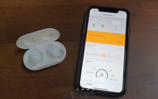 삼성전자 무선 이어폰 신제품 '갤럭시 버즈 플러스'를 애플 '아이폰11'에 연결한 모습. 전용 앱으로 갤럭시 폰과 동일한 기능을 사용할 수 있다.ⓒ데일리안 김은경 기자