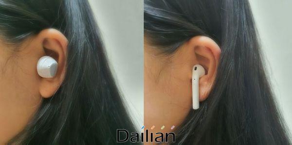 삼성전자 무선 이어폰 신제품 '갤럭시 버즈 플러스'(왼쪽)와 애플 '에어팟 1세대'를 착용한 모습.ⓒ데일리안 김은경 기자