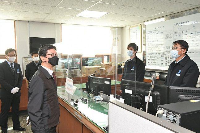 손병석 한국철도 사장(사진 왼쪽에서 세 번째)이 18일 오후 대구기관차승무사업소에서 코로나19 확산 방지를 위한 접촉 차단 유리막 시설을 살펴보고 있다.ⓒ한국철도