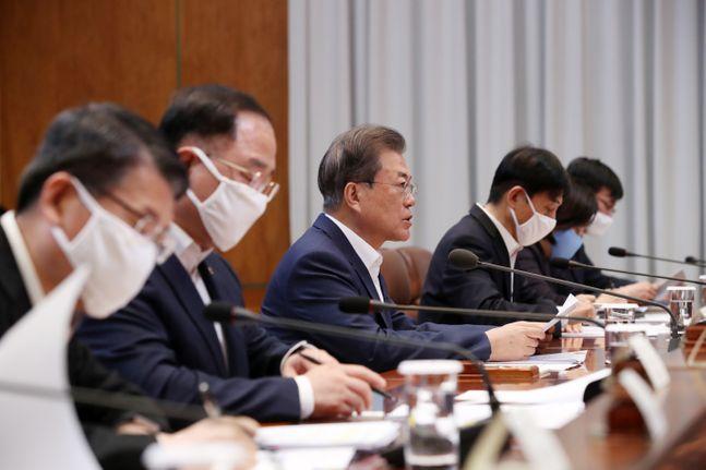 문재인 대통령이 19일 청와대에서 열린 제1차 비상경제회의에 참석해 발언하고 있다. ⓒ뉴시스