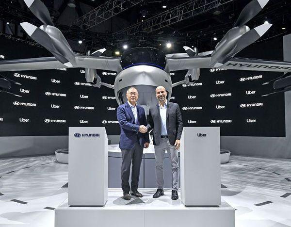 정의선 현대차그룹 수석부회장(왼쪽)과 다라 코스로샤히 우버 CEO가 1월 7일(현지시간) 개막한