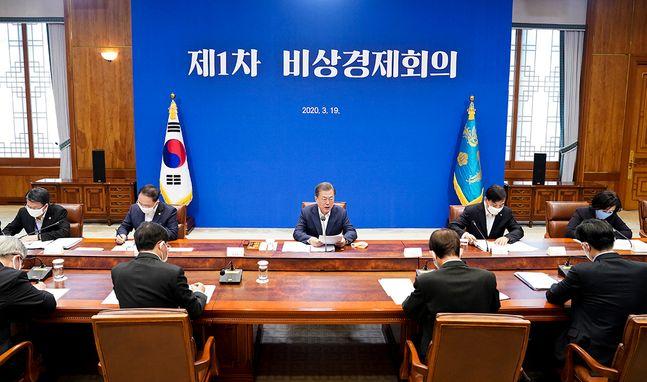 문재인 대통령이 19일 오전 청와대에서 열린 제1차 비상경제회의에서 모두발언을 하고 있다. ⓒ청와대