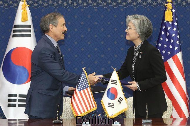 (오른쪽부터) 강경화 외교부 장관, 해리 해리스 주한미국대사(자료사진). ⓒ데일리안 홍금표 기자