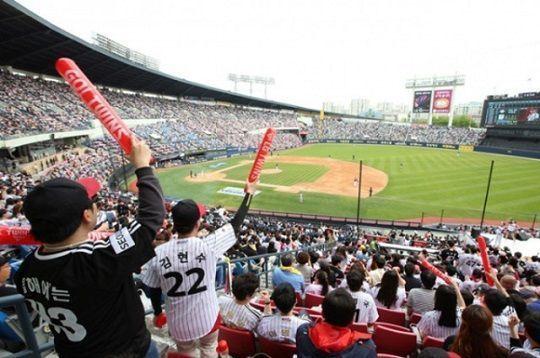 팬들의 안전을 위해 경기수를 줄여야 된다는 주장이 힘을 얻고 있다. ⓒ 연합뉴스