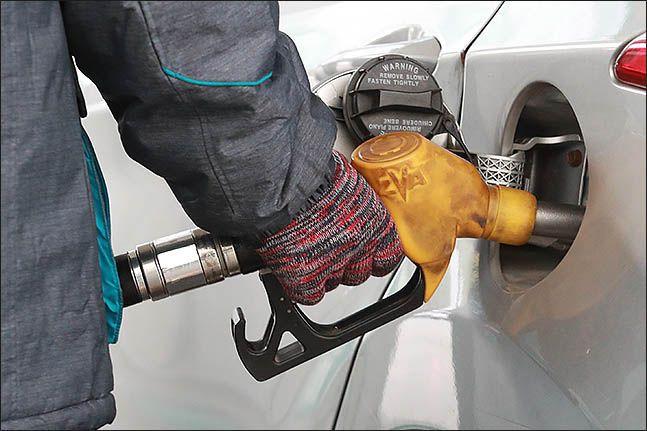 국제유가가 20달러 선까지 폭락하면서 전국의 기름값도 8주 연속 하락세다.ⓒ데일리안 류영주 기자