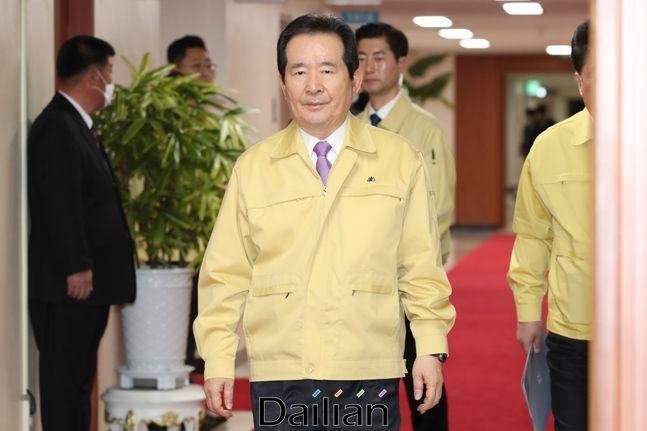 정세균 국무총리가 18일 오후 서울 종로구 정부서울청사에서 열린 임시 국무회의에 참석하고 있다. ⓒ데일리안 류영주 기자