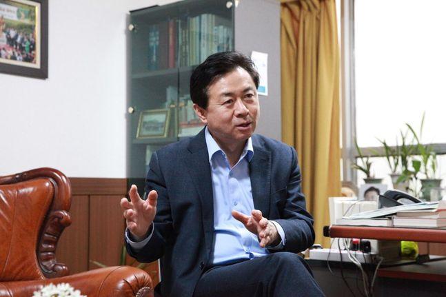 19일 부산진구 범전동에 위치한 선거사무소에서 데일리안과의 인터뷰를 진행 중인 김영춘 더불어민주당 의원ⓒ데일리안