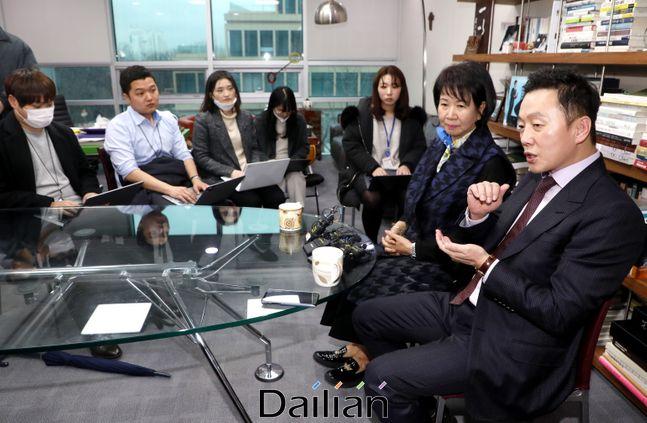 총선대비 비례정당인 열린민주당 최고위원인 정봉주 전 의원과 손혜원 의원이 지난 10일 오후 국회 의원회관에서 기자간담회를 하고 있다. ⓒ데일리안 박항구 기자