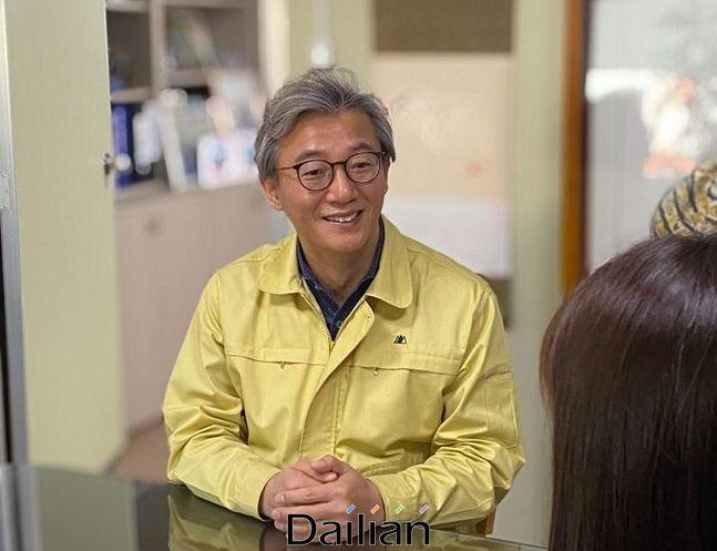 전재수 더불어민주당 의원이 지난 20일 오후 부산 북구 구포동에 위치한 선거사무소에서 데일리안과 인터뷰를 갖고 있다.ⓒ부산=데일리안 송오미 기자