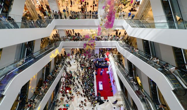 지난 2014년 중국 랴오닝성 선양시에 개장한 롯데백화점에서 고객들이 쇼핑을 하고 있다.ⓒ뉴시스