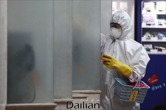 코로나19 예방을 위한 방역작업을 진행되고 있다(자료사진). ⓒ데일리안 홍금표 기자