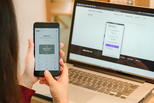 SK텔레콤과 KT, LG유플러스 등 이동통신 3사는 본인인증 애플리케이션(앱) '패스(PASS)' 기반의 휴대폰 번호 로그인 서비스를 출시한다고 25일 밝혔다. 사진은 앱 사용 이미지.ⓒ이동통신 3사