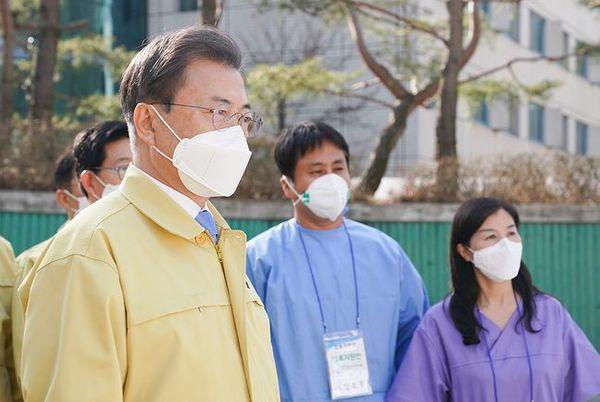 문재인 대통령이 12일 오후 충남 천안시 우정공무원교육원에 마련된 코로나19 '충남대구1 생활치료센터'를 방문해 운영 현황을 점검하고 있다. ⓒ청와대