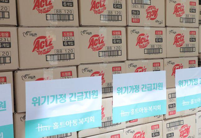 피죤이 후원한 피죤, 액츠 등 제품들이 홀트아동복지회 위기가정 긴급지원을 위해 전달됐다.ⓒ피죤