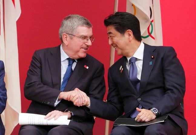 토마스 바흐 IOC 위원장과 아베 신조 총리. ⓒ 뉴시스