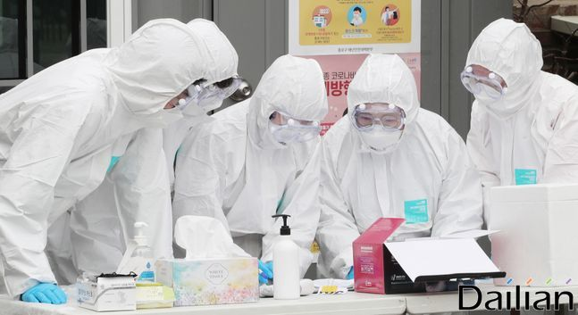 코로나19 선별진료소 앞에서 의료진들이 대화를 나누고 있다(자료사진) ⓒ데일리안 류영주 기자