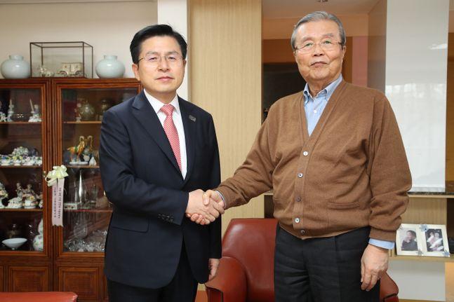 26일 아침 황교안 통합당 대표가 김종인 전 더불어민주당 비상대책위원회 대표의 자택에서 김 전 대표를 만나고 있는 모습.ⓒ통합당 제공