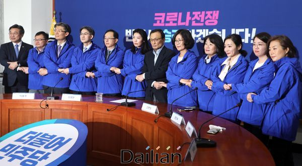 이해찬 민주당 대표가 더불어시민당 비례 1~10번 후보들과 만나 기념사진촬영을 하고 있다. ⓒ데일리안 박항구 기자