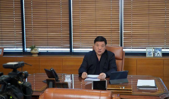 서정진 셀트리온은 회장이 지난 24일 두 번째 온라인 간담회를 통해 코로나19 치료제 개발 상황을 발표하는 모습. ⓒ셀트리온