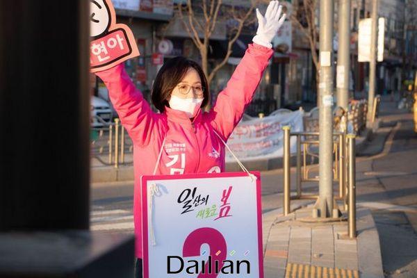 미래통합당 고양정 김현아 후보가 25일 시민들에게 출근 인사를 하고 있다. ⓒ김현아 선거사무소 제공