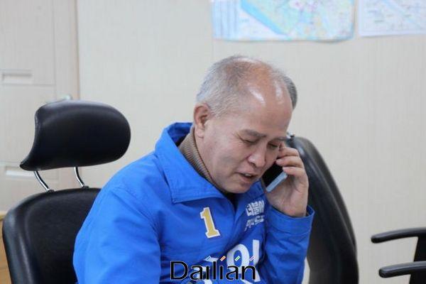 더불어민주당 고양정 이용우 후보가 26일 지역주민들에게 전화를 걸어 의견을 청취하고 있다. ⓒ이용우 선거사무소 제공