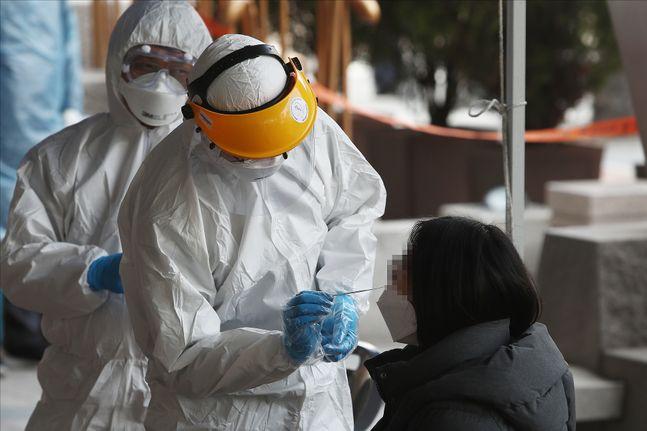 지난 12일 오후 서울 구로구 코리아빌딩에 마련된 선별진료소에서 한 시민이 검사를 받고 있다.(사진은 기사와 무관)ⓒ데일리안 홍금표 기자