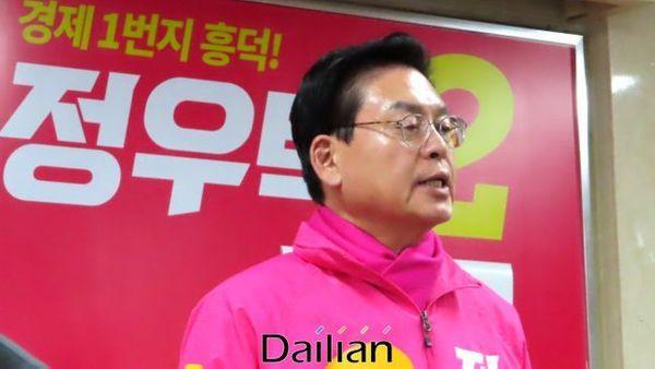 4·15 총선에서 충북 청주흥덕에 출마하는 정우택 미래통합당 후보가 26일 후보등록 직후 청주 흥덕구 봉명동 자신의 선거사무소에서 출마선언을 하고 있다(자료사진). ⓒ청주(충북)=데일리안 정도원 기자