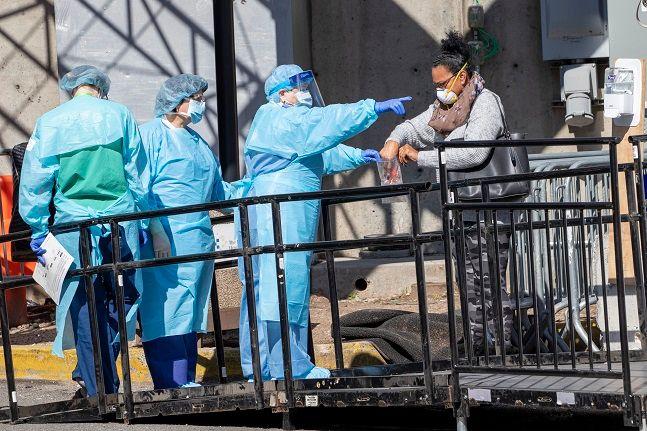 미국 뉴욕의 브루클린 병원 선별 진료소에서 의료진이 신종 코로나바이러스 감염증(코로나19) 검사를 받으러 온 한 여성을 안내하고 있다.ⓒ뉴시스