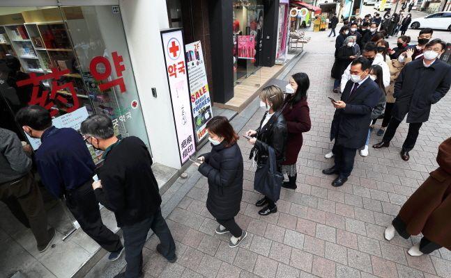 시민들이 서울 중구 명동에 위치한 한 약국에서 공적마스크 구매를 하고 있다.ⓒ뉴시스