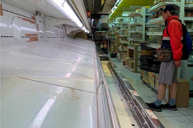 지난 25일 일본 도쿄도의 외출 자제 요청에 따른 사재기 바람으로 도쿄의 한 식료품점이 텅 비었다.ⓒ뉴시스