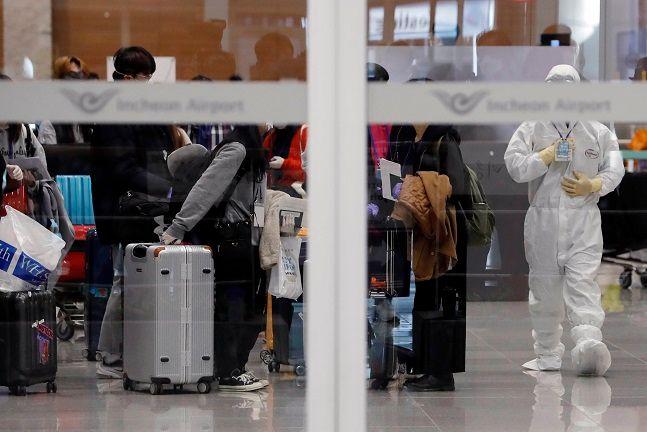 인천국제공항에서 코로나19 유증상을 보인 해외 입국자들이 격리 시설로 이동하기 위해 모여 있다.ⓒ뉴시스