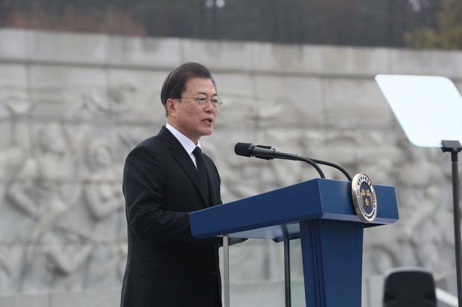 문재인 대통령이 27일 국립대전현충원에서 열린 서해수호의 날 기념식에 참석해 기념사를 하고 있다. ⓒ뉴시스
